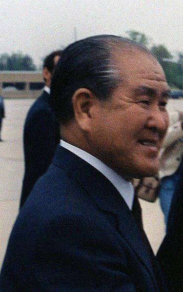 铃木善幸于1947年第一次当选众议员,1960年首次入阁,出任邮政大臣