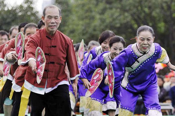 老年表演文艺队表演诙谐风趣的舞蹈节目