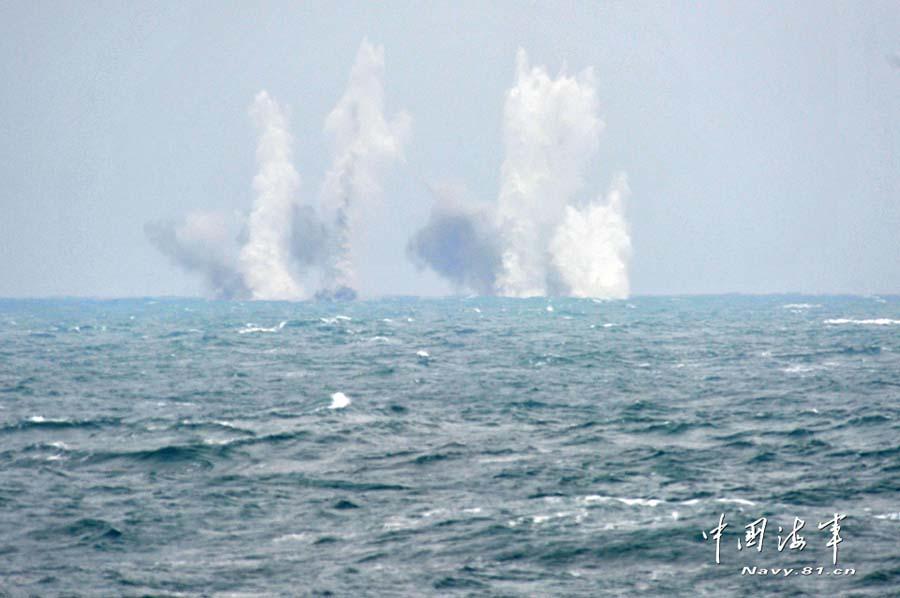 江门号护卫舰现代化改装 在南沙进行射击训练