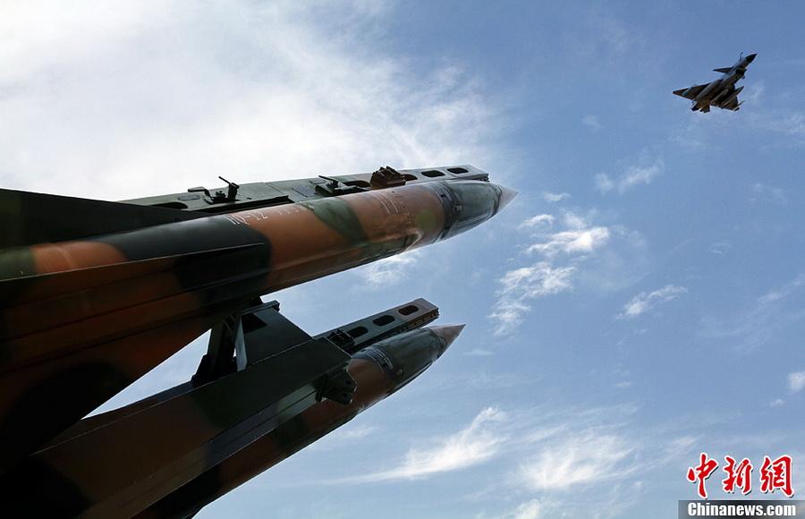 红旗-12演练超低空对抗 把歼-10歼-11当靶子