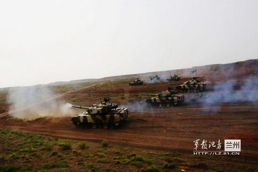兰州军区实弹演练 火箭炮群掩护装甲部队突击