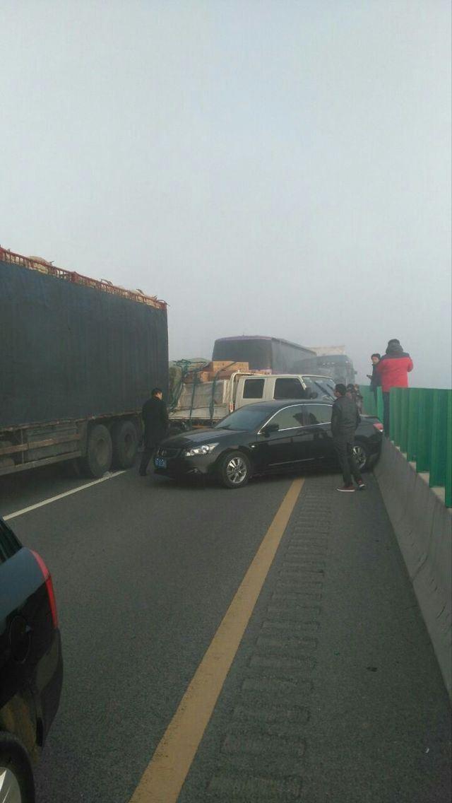 大广高速河南段多车相撞 堵车数十里