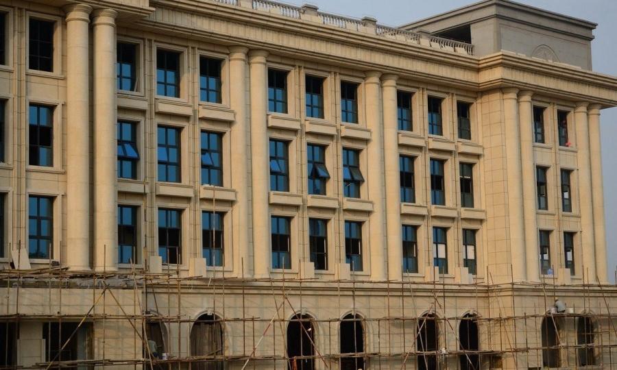 """河南许昌:一新建的欧式建筑酷似""""白宫"""""""