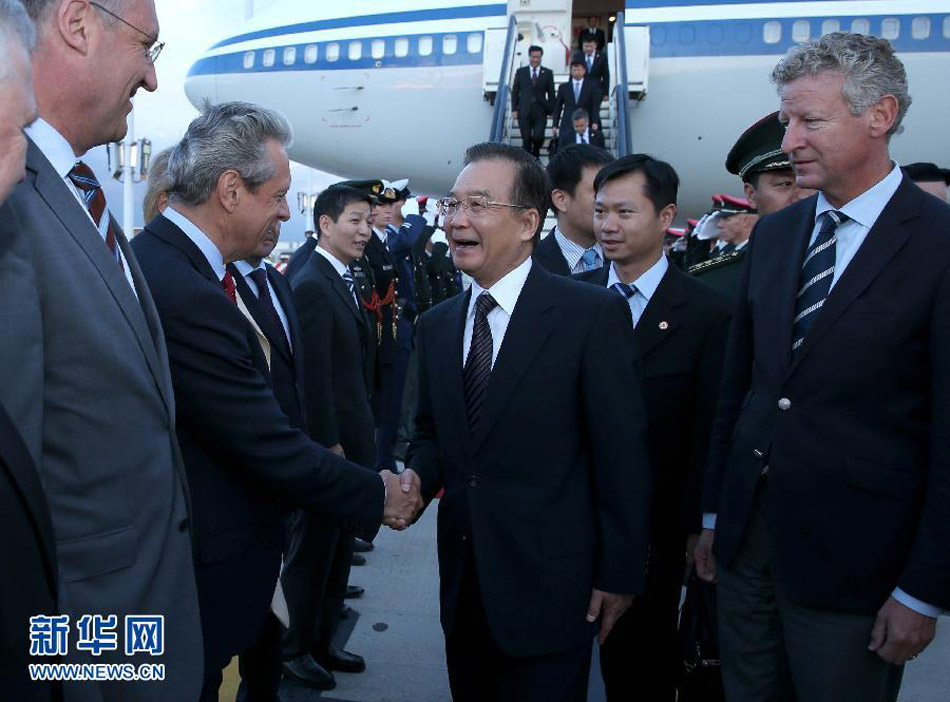 当地时间9月19日晚,中国国务院总理温家宝乘专机抵达布鲁塞尔,出席第十五次中欧领导人会晤并对比利时进行正式访问。记者 黄敬文 摄