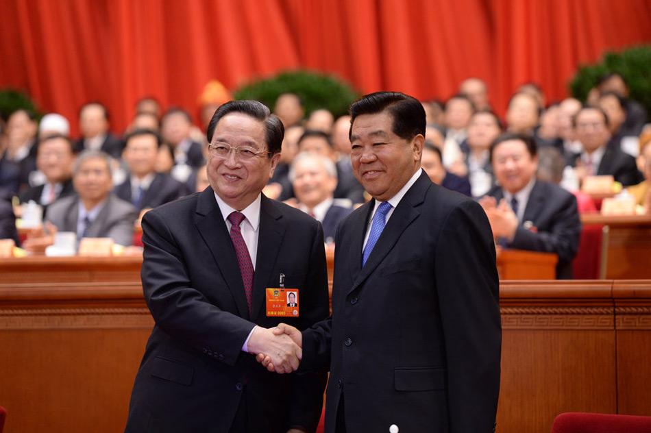 2013年3月11日,俞正声当选第十二届全国政协主席。图为贾庆林祝贺俞正声当选。