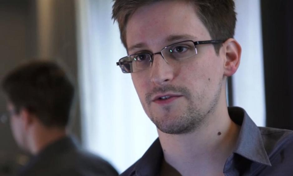 """2013年6月12日消息,香港,美国""""棱镜""""曝光者斯诺登日前在接受英国《卫报》的采访时表示对泄密不感后悔,因为他的良知不容美国政府侵犯隐私,他这样做纯粹是要公众知道""""这个庞大的监察机器""""的存在。爱德华·斯诺登曝光美国""""棱镜""""情报监视项目一事持续发酵。美国众议院议长博纳称斯诺登为""""叛国者"""",多名议员要求迅速彻查泄密事件并惩罚斯诺登。"""