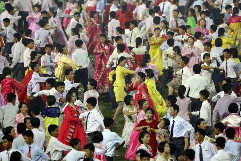 朝鲜青年学生举行舞会