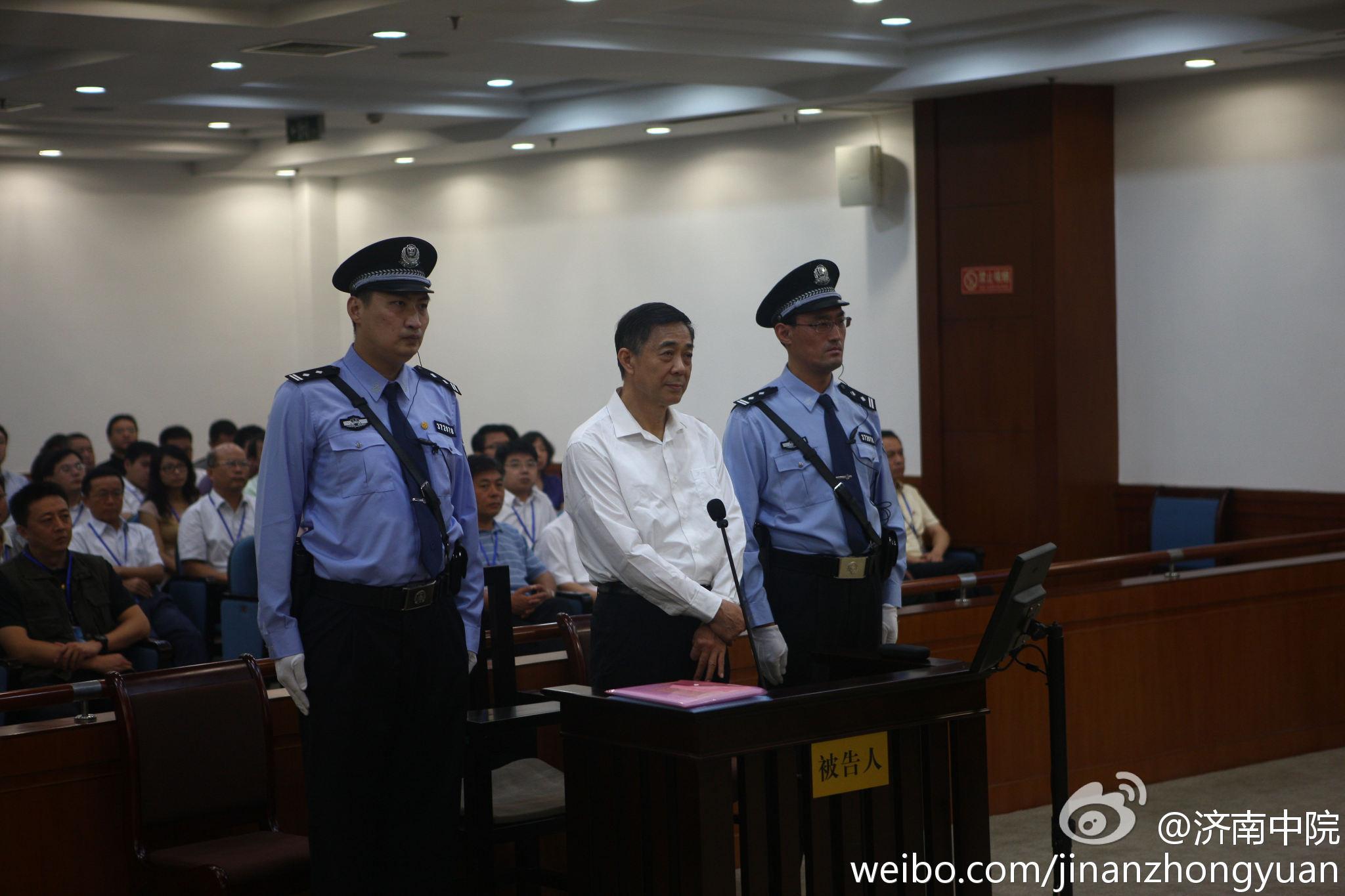 济南中院院于2013年8月22日8时30分在第五法庭公开开庭审理被告人薄熙来受贿、贪污、滥用职权一案。庭审现场。