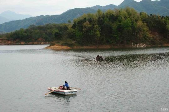 公里处里处的鲢鱼山水库 汤泉池国内旅游景点河南 信阳旅游景点