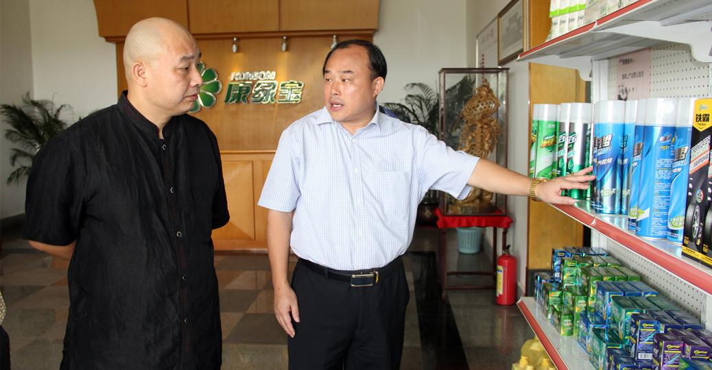凰广州CEO刘晓明听康绿宝集团董事长顾惠林介绍集团产品