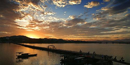 今日浮桥,夕阳下的是,风景和赣州人民的生活方式.