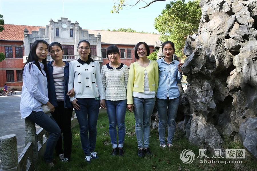 (左起):丁赔赔(考取安徽工业大学)、魏婷(考取华中师范大学图片