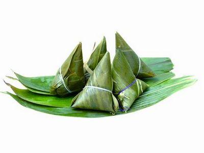 南方多用箬叶竹,或者苇叶包成三角形的,在中原地区包粽子的叶子多为槲