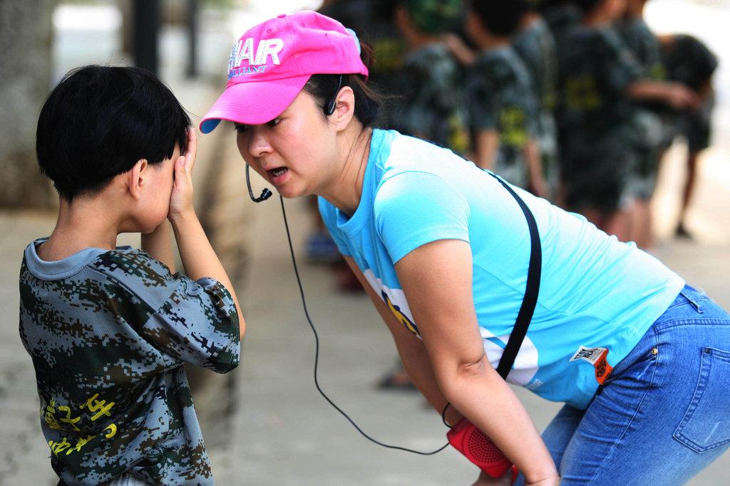 高清:武汉一年级小学生参加军训萌态百出