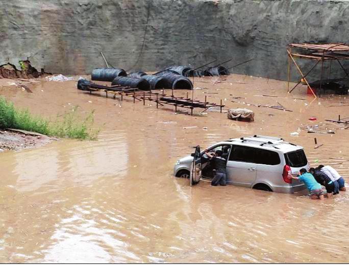 一觉醒来门外积水近一米深 华县突降暴雨多处