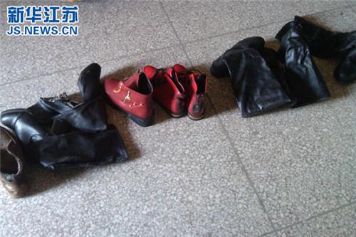 图为村民捡回来的这些鞋子都已经变了形.(警方供图)