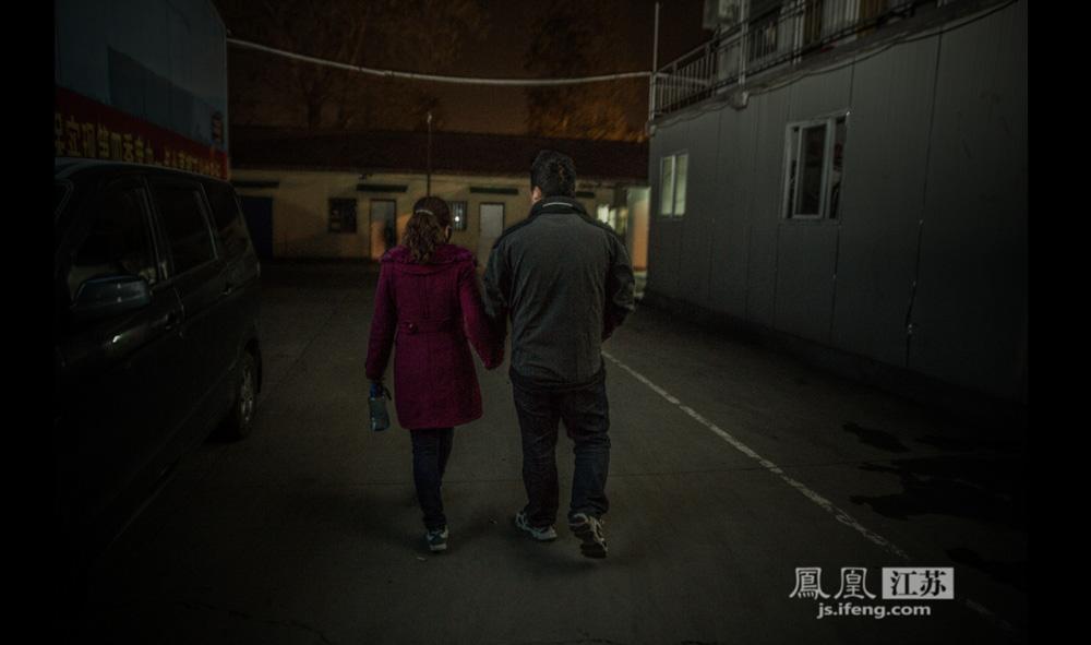 晚上九点半,夫妻二人才收工往家走,幸好家住的离仓库不不远,十多分钟左右步行的距离。一路上,小周牵着小李,紧扣的双手,一直没有放开过。(彭铭/摄 孙鸣柳/文)