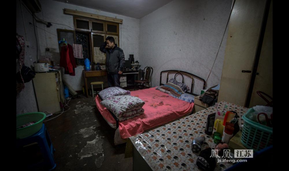 """夫妻俩在南京的""""家""""是和别人合租的三居室中一间,月租费七百元。斑驳的地面和泛潮的墙壁不难看出房间已有些岁月,但在小李的收拾下,这个约十平方米的小窝还算整洁温馨。梦想过买房吗?小周呵呵一笑,""""在南京,买房啊,不能说是梦想,应该叫幻想!""""(彭铭/摄 孙鸣柳/文)"""