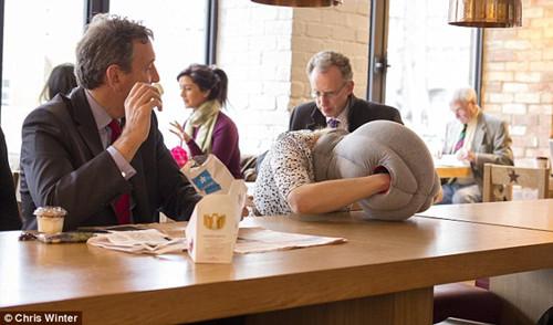 女子戴上 鸵鸟枕 在餐厅睡觉,逗乐了旁边的男士