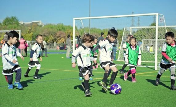 儿童足球_