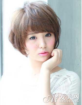 这款短发女生国字脸适合发型,斜刘海很好的修饰了大国脸,而蓬松的发丝