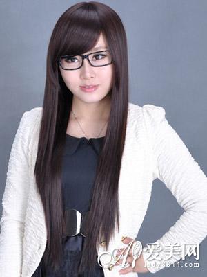 这是一款非常白领御姐范的斜刘海直发发型,斜刘海修饰了圆脸,柔顺的图片