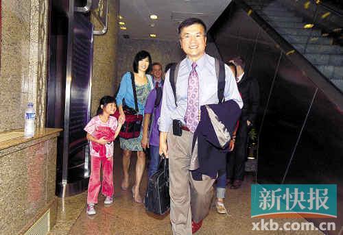■2011年8月,骆家辉与家人抵达北京履任。CFP图