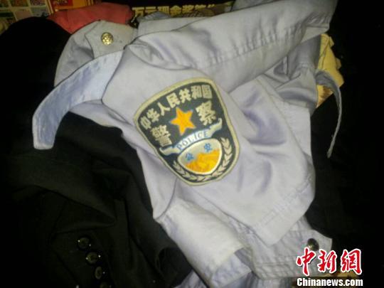"""嫌疑人平时穿着的假警服src=""""http://y3.ifengimg.com/cmpp/2013/11/22/13/04fe1d4e-c284-49dd-8b08-c204c71af2cc.jpg"""""""