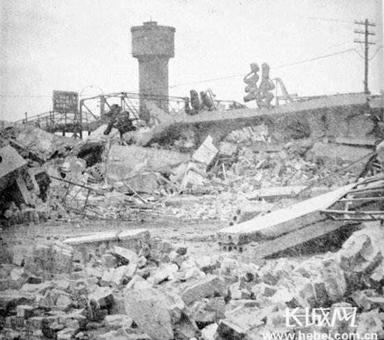 地震的-976年被唐山大地震震毁的唐山火车站. 源自网络-中国第一个火车站