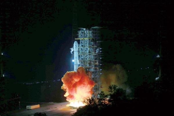 2日凌晨,嫦娥三号成功发射瞬间。