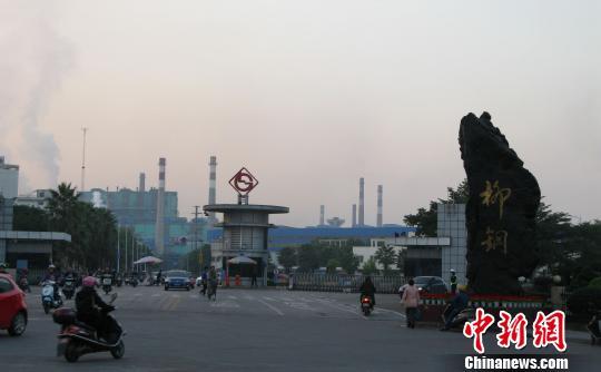 """12月2日下午,柳州钢铁集团厂区大门,员工正下班。 蒙鸣明 摄src=""""http://y3.ifengimg.com/cmpp/2013/12/03/11/c38d3d02-b665-438d-9288-bd8e46d4bdbd.jpg"""""""