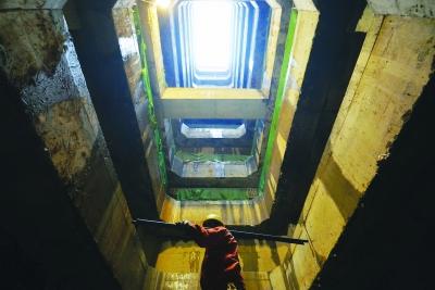 答:我观察我成型的隧道,2.5公里用了3个风井!地铁的中间风井是什么?