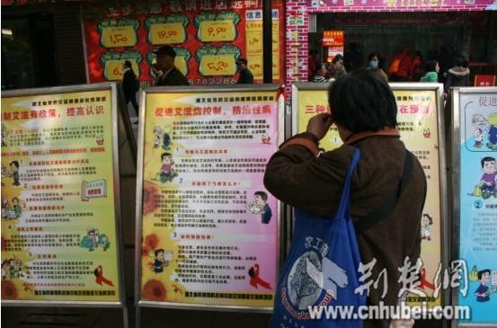 一位老人正在参观宣传展板