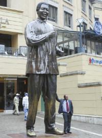 南非约翰内斯堡曼德拉广场的曼德拉塑像供人瞻仰。杨涛摄