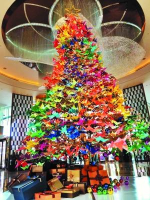 色彩缤纷的纸鹤圣诞树.(资料图片)