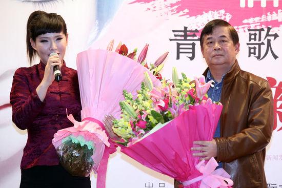 沈凌云为专辑制作人邹铁夫献花。