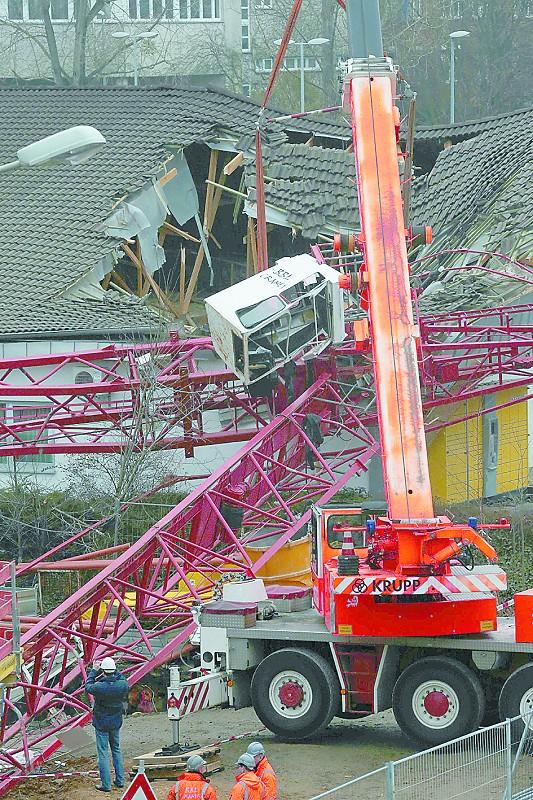 12月11日,在德国法兰克福附近的巴特洪堡镇,救援人员在起重机坍塌现场工作。 据当地媒体报道,德国法兰克福当日一架起重机发生坍塌并压毁一家超市的房屋,造成至少5人受伤。 新华社发