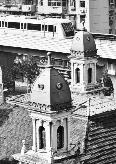 建筑的每个角上都有一个尖顶塔。