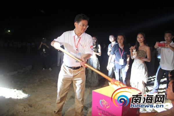 天涯海角婚庆节举行篝火晚会 68对新人与游客