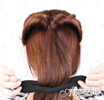 并将头发束尾,从洞里翻出来,将发束穿过海绵盘发器中间.