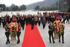 12月18日,韶山,参加湖南省纪念毛泽东同志诞辰120周年学术研讨会的代表向毛泽东同志铜像敬献花篮。 图/记者辜鹏博