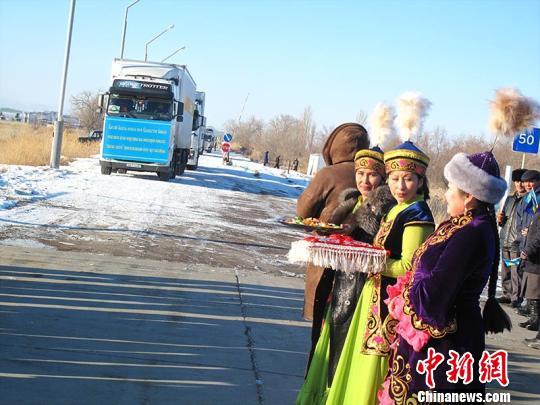 """中国与周边国家首个农产品进出口""""绿色通道""""开通"""