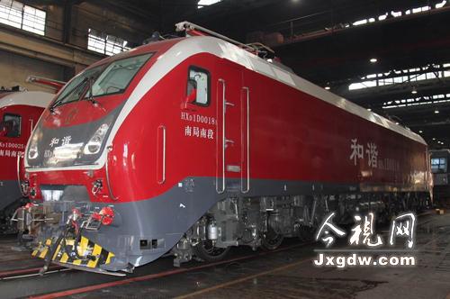 色HXD1D型电力机车-南昌铁路局春运增添新动力 时速160公里新型
