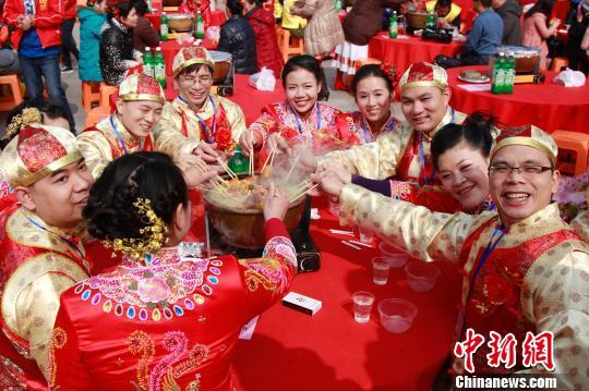 广东南海西樵山举行佛化集体婚礼
