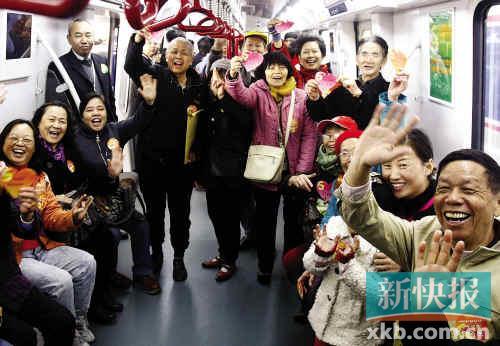 ■体验6号线的市民一片欢呼。 新快报记者毕志毅/摄