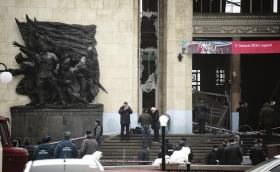 """▲12月29日,俄罗斯南部城市伏尔加格勒,调查人员和紧急情况部门人员在发生爆炸的火车站入口处工作。图/新华社src=""""http://y3.ifengimg.com/cmpp/2013/12/30/02/a8ab5ba8-6699-4f21-ba6f-dd33e3773d8c.jpg"""""""