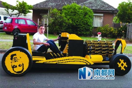 来自澳大利亚和罗马尼亚的小伙子共同用乐高积木组装了一辆1比1的汽车