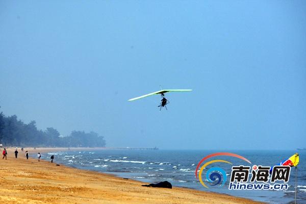 岸上空盘旋4圈后,降落在假日海滩海岸线上.( ) -中国滑翔翼第一