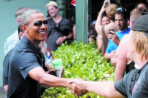 """当地时间31日,正在夏威夷度假的美国总统奥巴马拿着刨冰与民众握手,神情轻松。然而,中期选举""""大考""""将至,中美关系新年开局也遭遇挑战,新的一年奥巴马轻松的日子可能并不多。"""