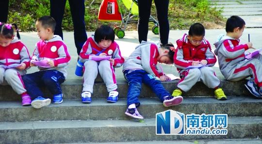 1月2日,天河公园,幼儿园大班的小朋友在写生.孙春旻 摄(稿费50元)